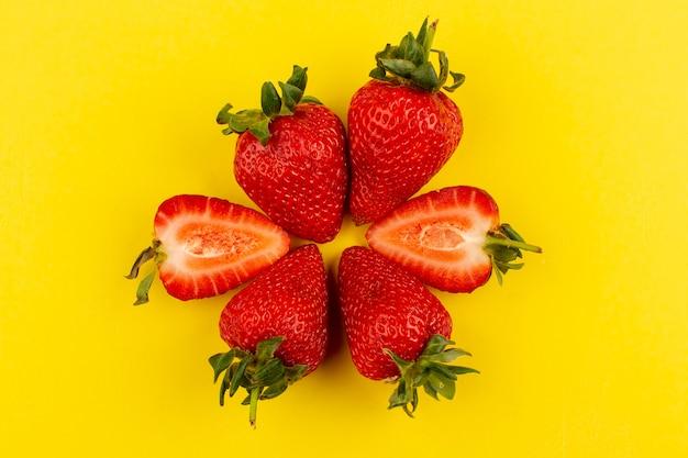 Draufsicht erdbeeren frisch weich saftig ganze auf dem gelben boden geschnitten