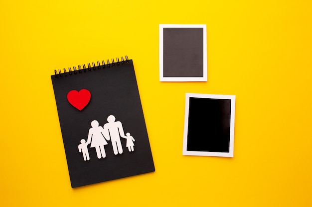 Draufsicht familienfigur mit sofortigen fotos