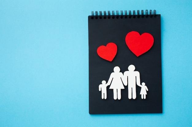 Draufsicht-familienfigurenkonzept mit kopierraum