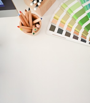 Draufsicht farbbleistift und farbplatte auf kreativem schreibtisch mit kopienraum.