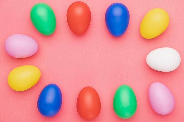 Draufsicht farbige eier auf tisch
