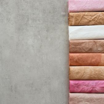 Draufsicht farbige tuchanordnung mit kopierraum