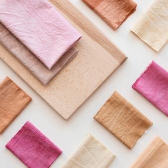 Draufsicht farbige tuchzusammensetzung mit natürlichen pigmenten