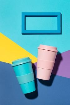 Draufsicht farbige wiederverwendbare tassen auf dem tisch