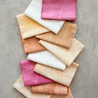 Draufsicht farbiges tuch-sortiment mit natürlichen pigmenten