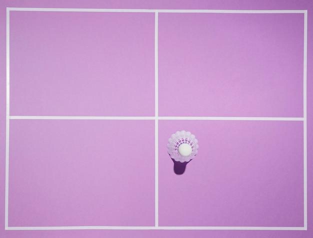 Draufsicht-federball auf lila hintergrund
