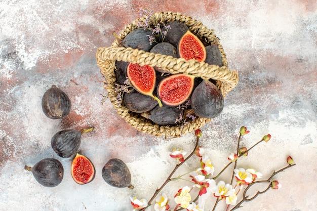 Draufsicht feigenkorb feigen aprikosenblüte zweig auf grauem hintergrund