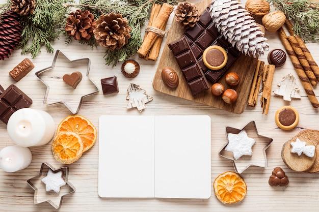 Draufsicht festliches weihnachtsmahlzeitsortiment mit leerem notizbuch