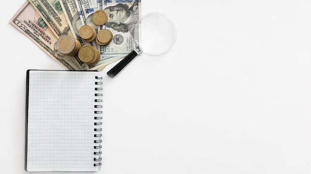 Draufsicht finanzgeschäftselementsortiment mit kopierraum