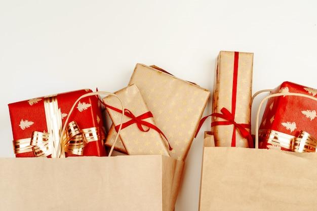 Draufsicht, flache lage von roten weihnachtsgeschenken auf weiß