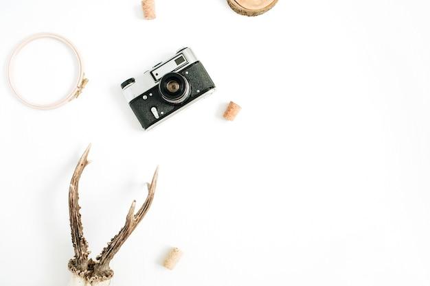 Draufsicht, flaches hipster-fotografenkonzept. retro-kamera, ziegenhörner und morgenkaffeetasse auf weiß