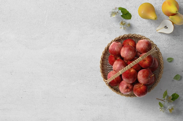 Draufsicht flatlay bild von gesunden herbstlebensmittelfrucht-apfelbirnen und -blumen für eine lebensmittelblogwebsite