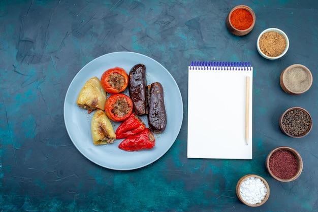 Draufsicht fleisch in gemüse dolma zusammen mit gewürzen und kleinen notizblock auf dunklem schreibtisch essen fleisch abendessen gesundheit mast