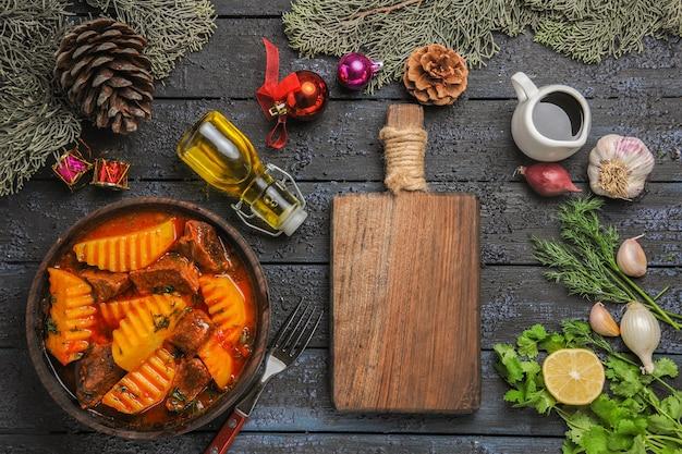 Draufsicht fleischige suppe mit gemüse und kartoffeln auf dem dunklen schreibtisch