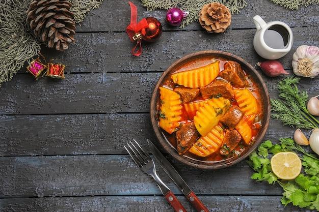 Draufsicht fleischige suppe mit gemüse und kartoffeln auf dunklem boden