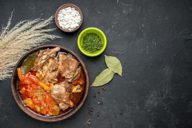 Draufsicht fleischsuppe mit getrockneter minze auf dunkler fleischfarbe graue soße mahlzeit warmes essen kartoffel foto abendessen gericht