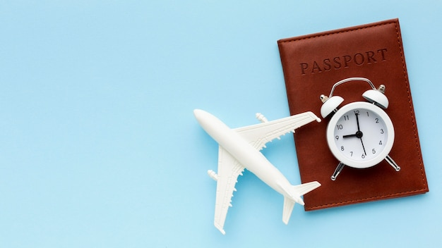 Draufsicht flugzeugspielzeug und reisepass