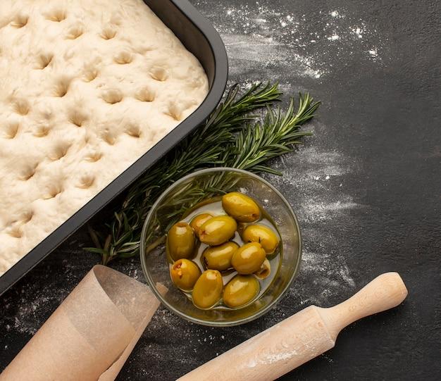 Draufsicht focaccia teig und oliven