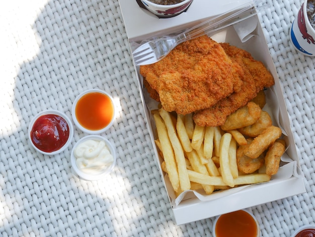 Draufsicht food-box-set gebratenes essen auf dem weißen tisch hat gebratenes huhn