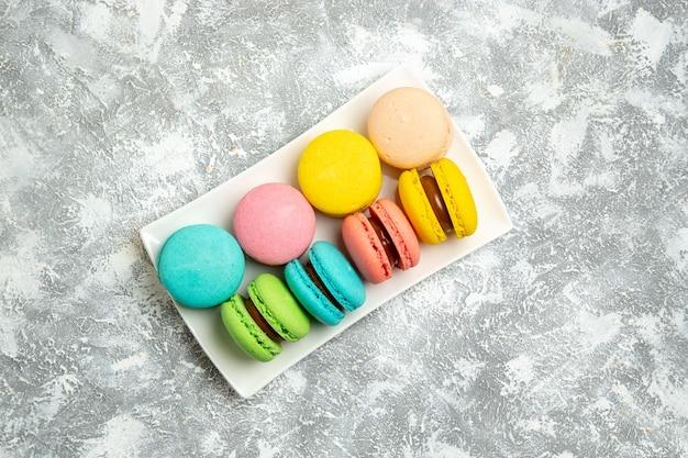Draufsicht französische macarons ful kuchen auf weißer oberfläche