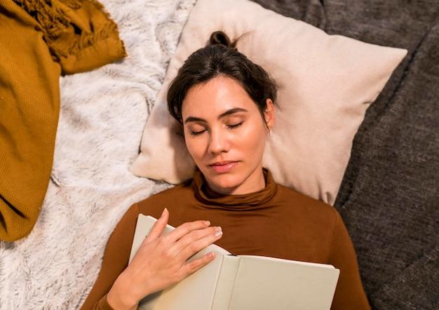 Draufsicht frau schlafend nach dem lesen eines buches