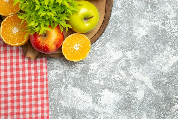 Draufsicht frische äpfel mit geschnittenen orangen auf weißem hintergrund reife reife apfelfrüchte frisch