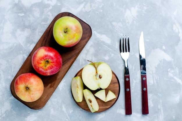 Draufsicht frische äpfel reife früchte auf dem hellweißen schreibtisch