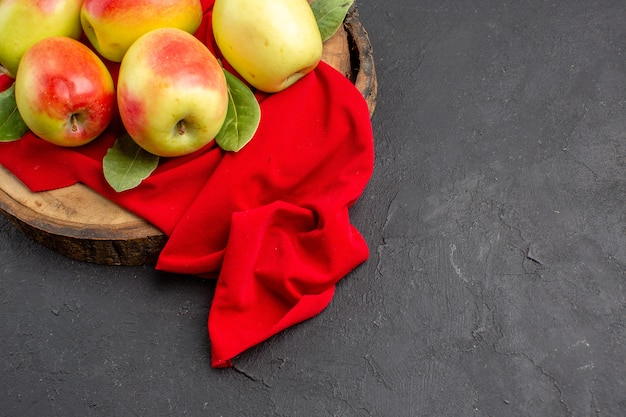 Draufsicht frische äpfel reife früchte auf rotem gewebe und graue tabelle frisches obst reif