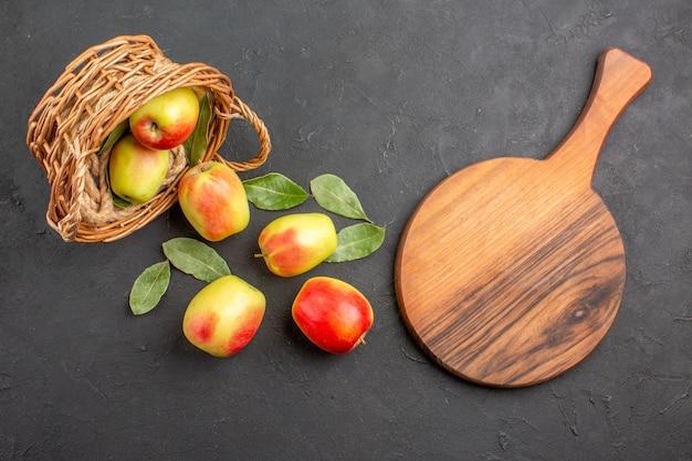 Draufsicht frische äpfel reife früchte im korb auf dem grauen tisch obst reif frisch