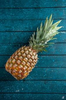 Draufsicht frische ananas auf blauem holzuntergrund