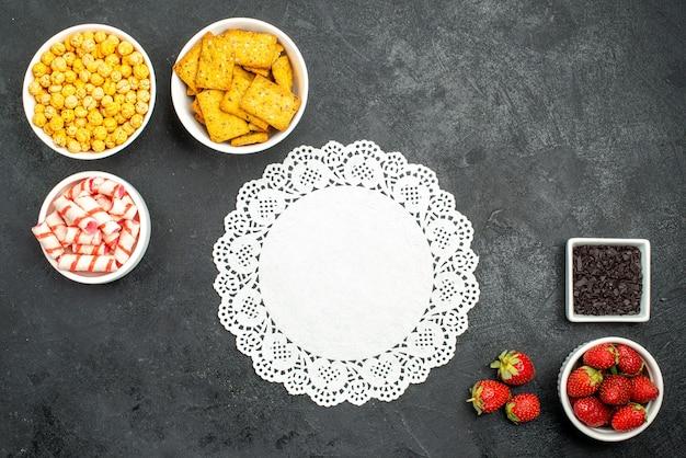 Draufsicht frische erdbeeren mit verschiedenen snacks