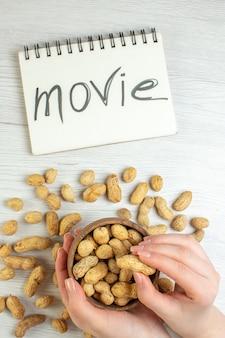 Draufsicht frische erdnüsse auf weißem tisch, film