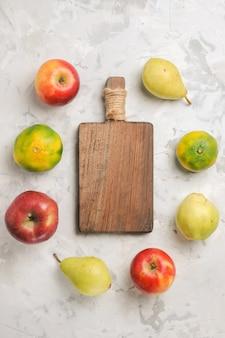 Draufsicht frische fruchtzusammensetzung auf weißem hintergrund