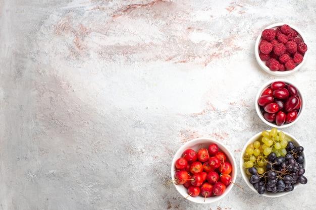 Draufsicht frische früchte beeren und trauben auf weißem hintergrund obst beeren pflanze baum milde frische