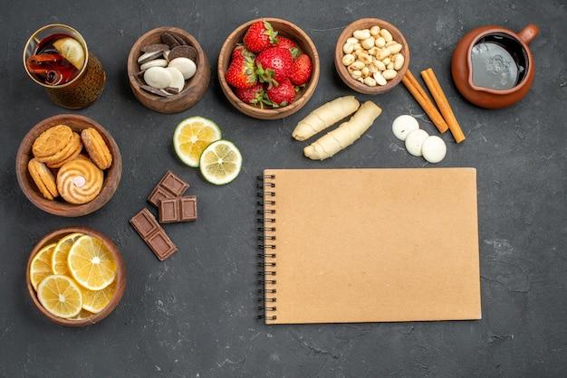 Draufsicht frische früchte erdbeeren und zitronen mit keksen auf grauer oberfläche