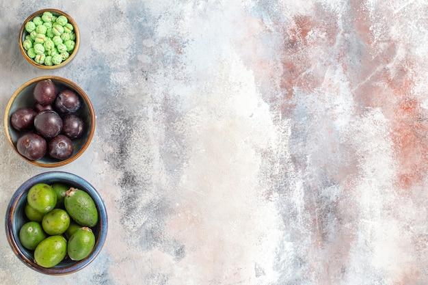Draufsicht frische früchte mit süßigkeiten