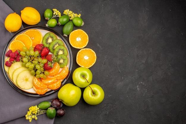 Draufsicht frische früchte reife und reife früchte auf dunklem hintergrund frische vitamine reife reife früchte