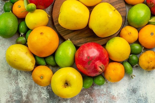Draufsicht frische früchte verschiedene ausgereifte früchte auf weißem hintergrund beere farbe diät gesundheit reifer baum
