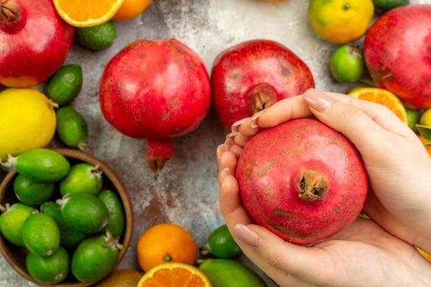 Draufsicht frische früchte verschiedene ausgereifte früchte auf weißem hintergrund beere zitrus gesundheit baumfarbe reif lecker