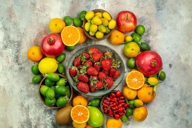 Draufsicht frische früchte verschiedene ausgereifte früchte auf weißem hintergrund gesundheitsbaum leckere reife beeren zitrusfrüchte