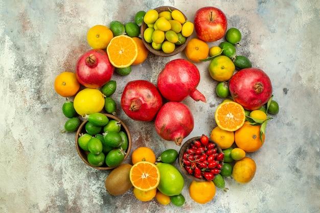 Draufsicht frische früchte verschiedene reife früchte auf weißem hintergrund zitrusgesundheit baumfarbe beere reif lecker