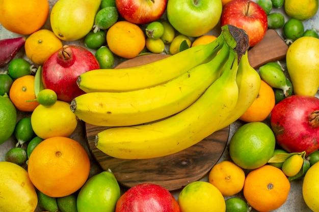 Draufsicht frische früchte verschiedene reife und ausgereifte früchte auf weißem hintergrund beere diät foto leckere gesundheit