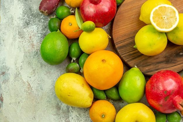 Draufsicht frische früchte verschiedene reife und ausgereifte früchte auf weißem hintergrund beere farbe diät foto lecker