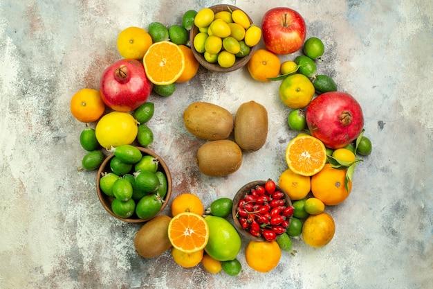 Draufsicht frische früchte verschiedene weiche früchte auf dem weißen hintergrund gesundheitsbaum farbfoto beere zitrusfrüchte reif lecker