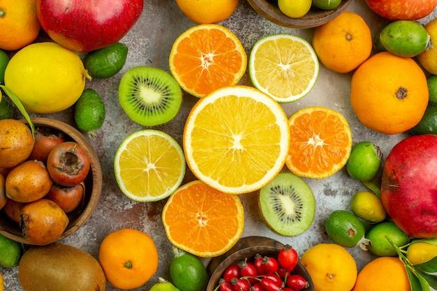 Draufsicht frische früchte verschiedene weiche früchte auf einem weißen hintergrund baum leckeres foto reife diät farbe gesundheit beere zitrus