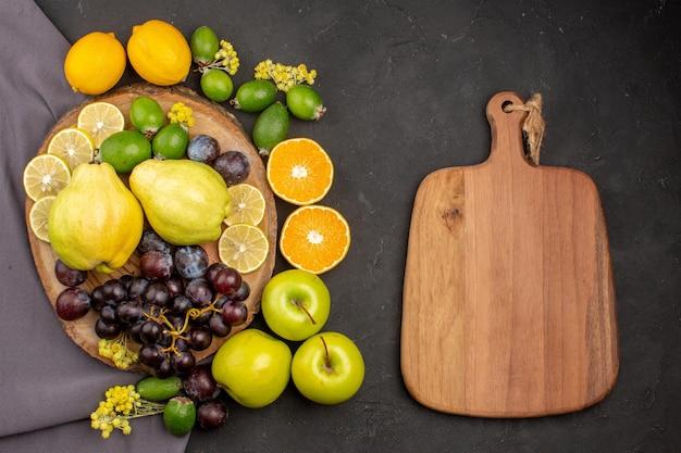 Draufsicht frische früchte zusammensetzung reife früchte auf der dunklen oberfläche vitamine frucht weich frisch reif