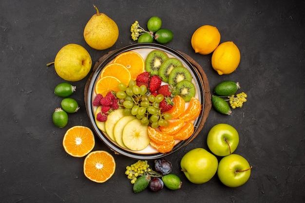 Draufsicht frische früchte zusammensetzung reife früchte auf dunklem boden reifes fruchtvitamin frisch mellow