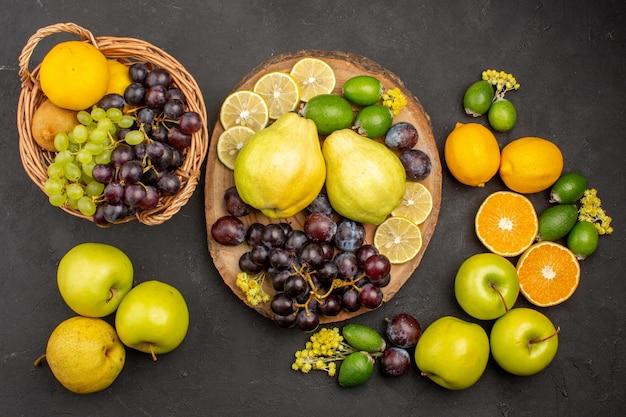 Draufsicht frische früchte zusammensetzung reife früchte auf dunkler bodenfrucht reifes frisches vitamin