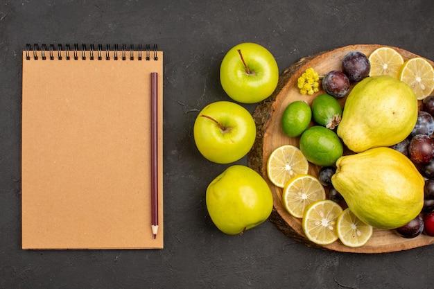 Draufsicht frische früchte zusammensetzung reife und reife früchte auf dunklem bodenfrucht reifes reifes frisches vitamin