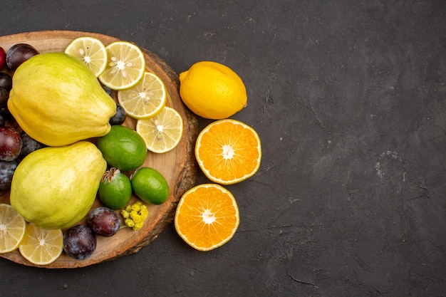 Draufsicht frische früchte zusammensetzung reife und reife früchte auf dunklem hintergrund frucht reifes frisches reifes vitamin